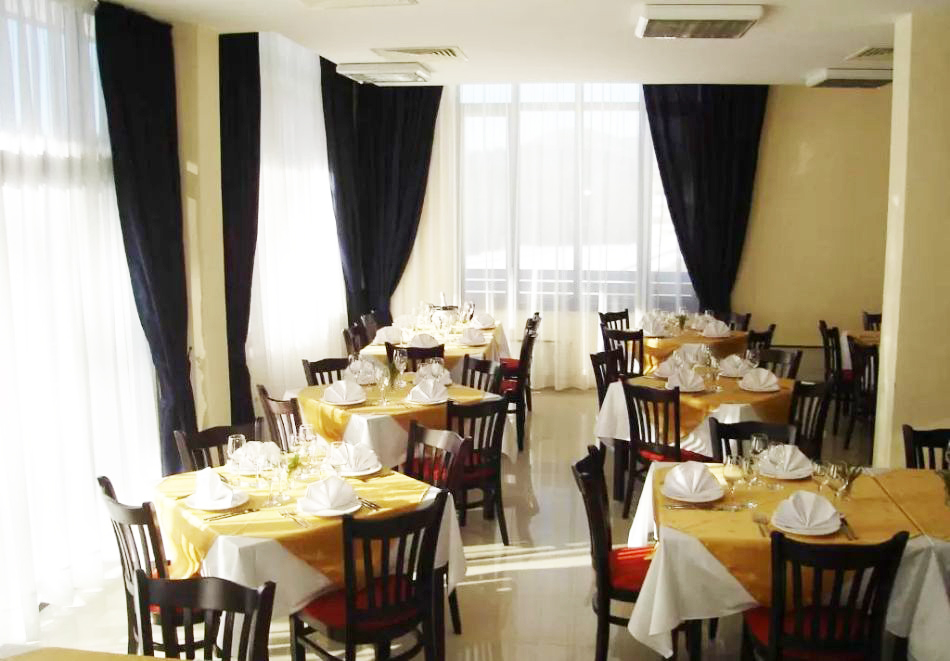 Нова година в  Пампорово! 3 нощувки на човек със закуски и празнична вечеря в Найс Хотел, снимка 11