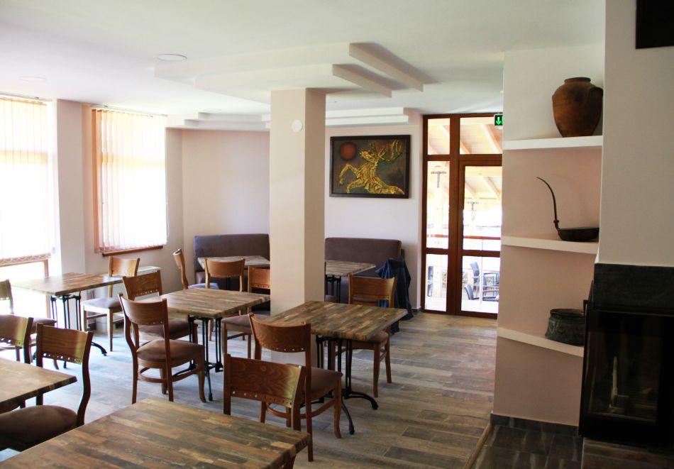 Нощувка на човек със закуска от хотел-ресторант Александър, Павел баня, снимка 9