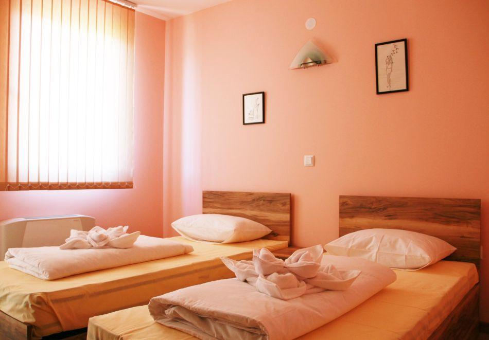 Нощувка на човек със закуска от хотел-ресторант Александър, Павел баня, снимка 5