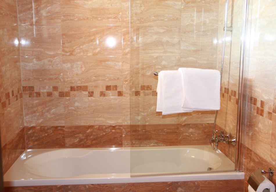 Нощувка на човек със закуска от хотел-ресторант Александър, Павел баня, снимка 7