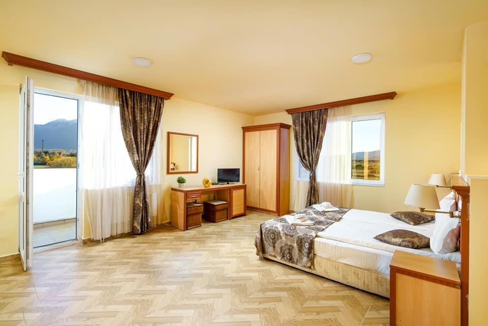 Нощувка на човек със закуска и вечеря + минерален басейн и релакс пакет в хотел Вита Спрингс, с. Баня до Банско, снимка 10