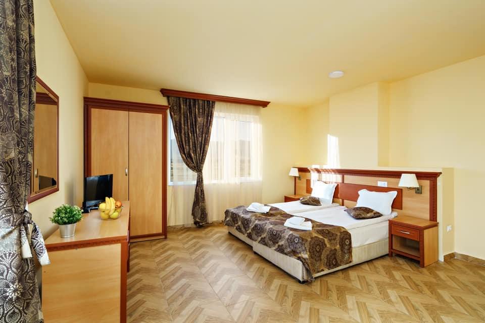 Нощувка на човек със закуска и вечеря + минерален басейн и релакс пакет в хотел Вита Спрингс, с. Баня до Банско, снимка 11