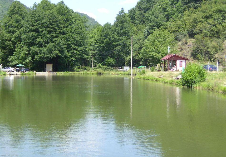 Нощувка със закусна на човек + спортен риболов в комплекс Върбака, Рибарица, снимка 8