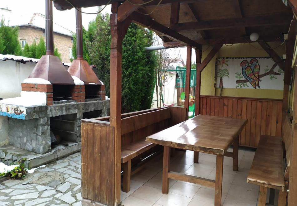 Почивка в село Баня! 1 или повече нощувки за 10 човека в напълно оборудвана и обзаведена къща + минерален басейн 36℃ в Комплекс Елена, снимка 16