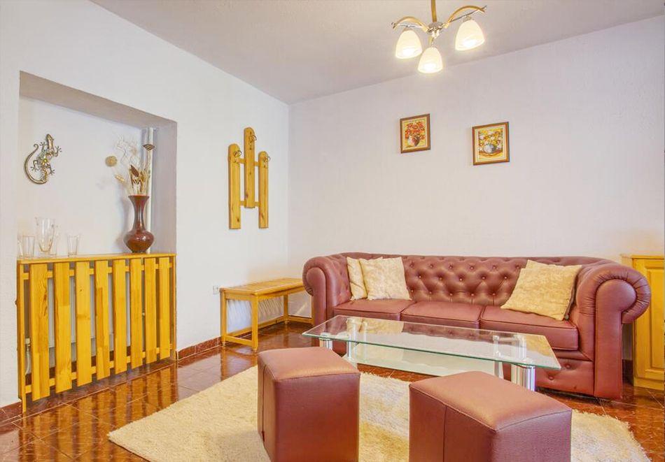 Нощувка на човек със закуска и вечеря + сауна от Везюва къща, Банско, снимка 4