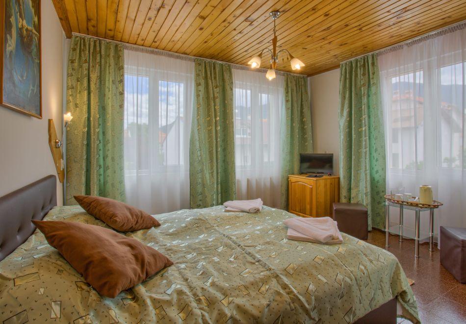 Нощувка на човек със закуска и вечеря + сауна от Везюва къща, Банско, снимка 7