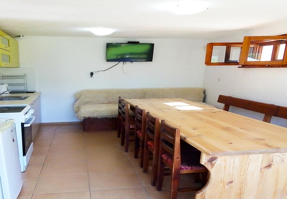 Наем на самостоятелна вила с капацитет до 10 човека + барбекю с камина от къща за гости Шипоко, м. Предела до Разлог, снимка 5