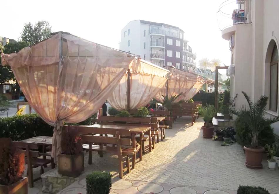 Нощувка за двама със закуска + басейн в семеен хотел Маргарита, Кранево, снимка 17