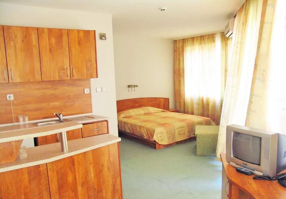 Нощувка за двама със закуска + басейн в семеен хотел Маргарита, Кранево, снимка 4
