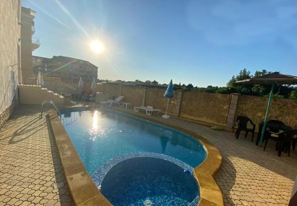 Нощувка за двама със закуска + басейн в семеен хотел Маргарита, Кранево, снимка 15