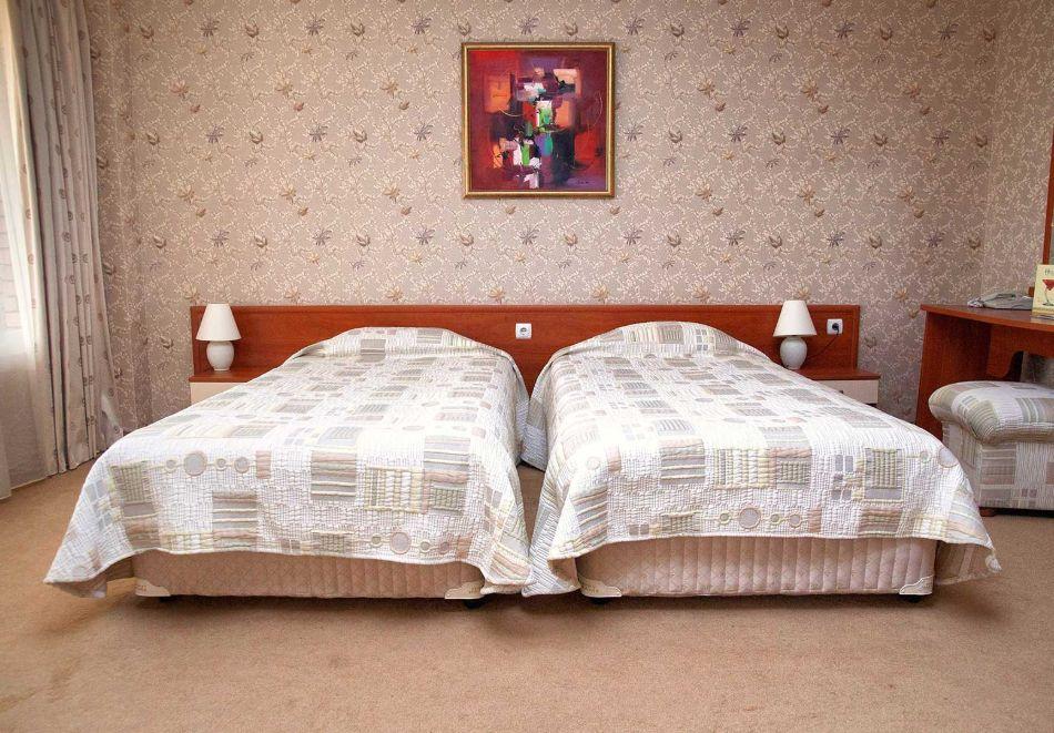 Нощувка в делукс крило на човек със закуска + басейни с минерална вода и релакс център в хотел Хисар****, гр. Хисаря, снимка 14