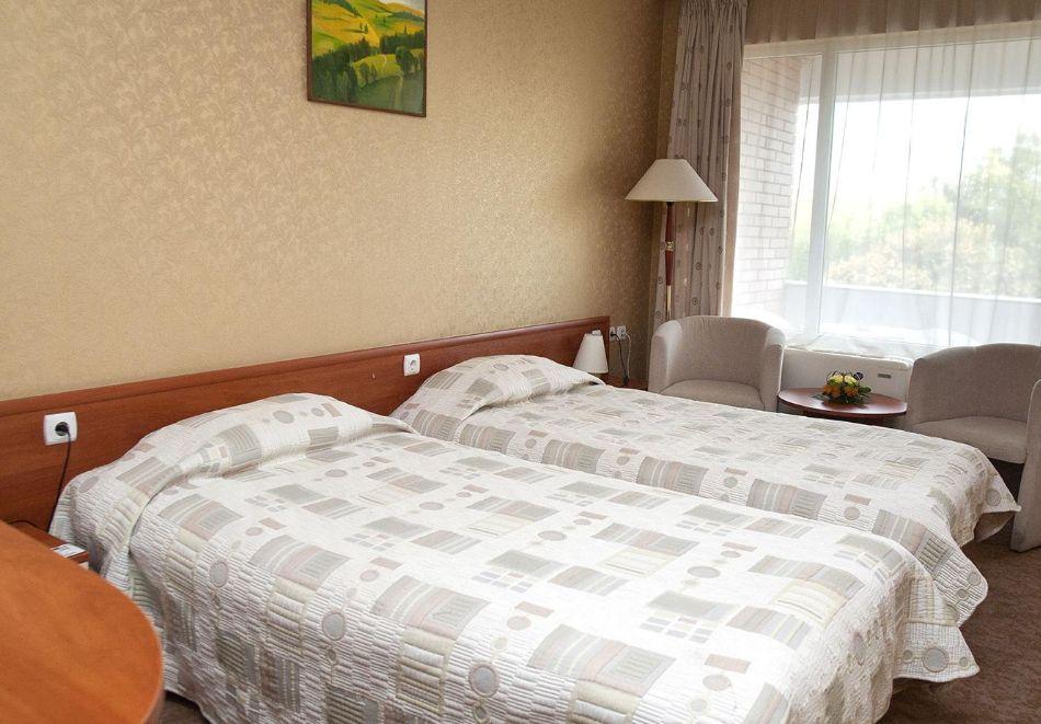 Нощувка в делукс крило на човек със закуска + басейни с минерална вода и релакс център в хотел Хисар****, гр. Хисаря, снимка 12