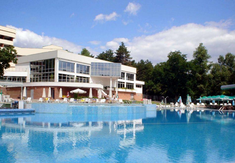Нощувка в делукс крило на човек със закуска + басейни с минерална вода и релакс център в хотел Хисар****, гр. Хисаря, снимка 2