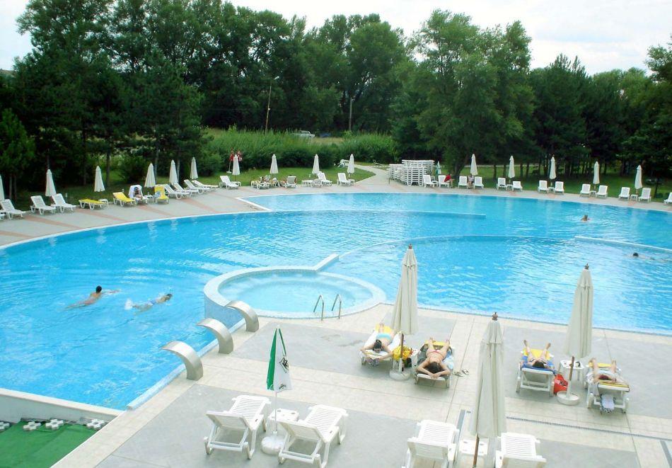 Нощувка в делукс крило на човек със закуска + басейни с минерална вода и релакс център в хотел Хисар****, гр. Хисаря, снимка 5