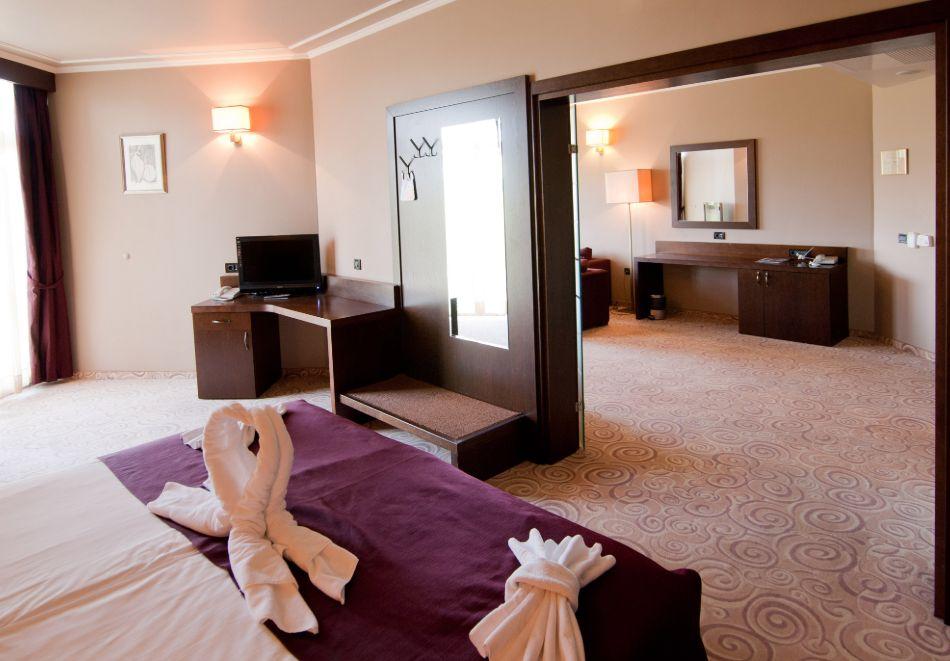 Нощувка в делукс крило на човек със закуска + басейни с минерална вода и релакс център в хотел Хисар****, гр. Хисаря, снимка 21