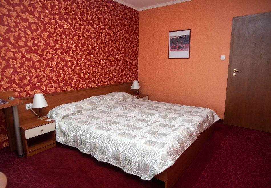 Нощувка в делукс крило на човек със закуска + басейни с минерална вода и релакс център в хотел Хисар****, гр. Хисаря, снимка 16