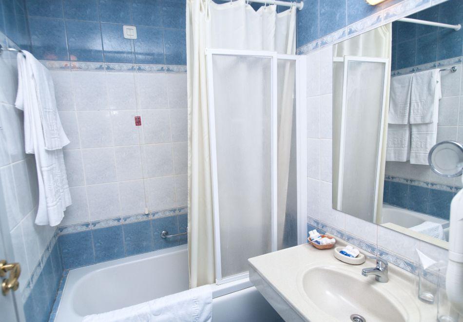 Нощувка в делукс крило на човек със закуска + басейни с минерална вода и релакс център в хотел Хисар****, гр. Хисаря, снимка 15