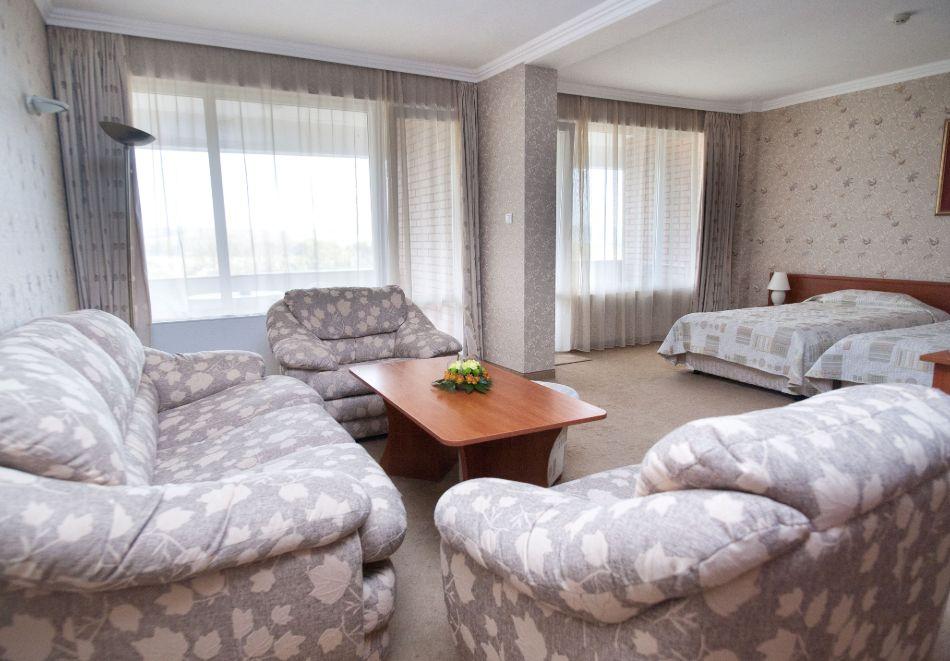 Нощувка в делукс крило на човек със закуска + басейни с минерална вода и релакс център в хотел Хисар****, гр. Хисаря, снимка 17