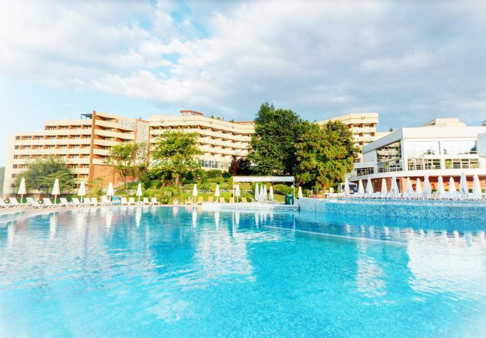 Нощувка в делукс крило на човек със закуска + басейни с минерална вода и релакс център в хотел Хисар****, гр. Хисаря, снимка 3