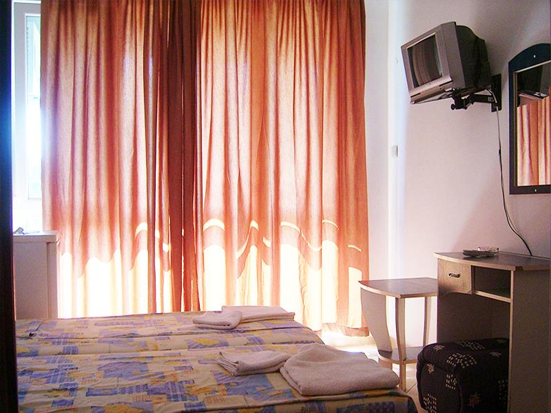 Нощувка за 2-ма, 3-ма или 4-ма + басейн в семеен хотел България, на 150м. от плажа в Приморско, снимка 5