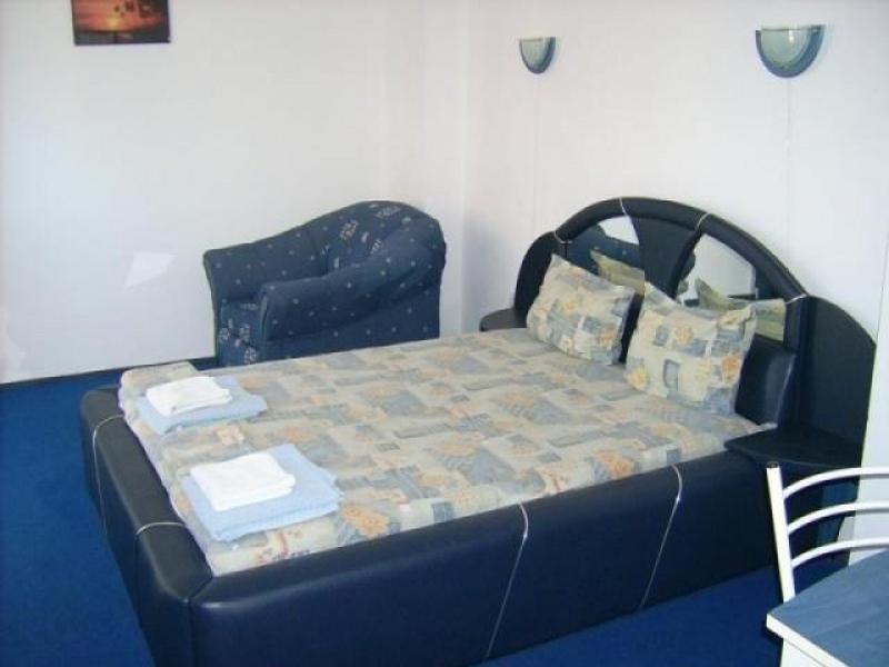 Нощувка за 2-ма, 3-ма или 4-ма + басейн в семеен хотел България, на 150м. от плажа в Приморско, снимка 3