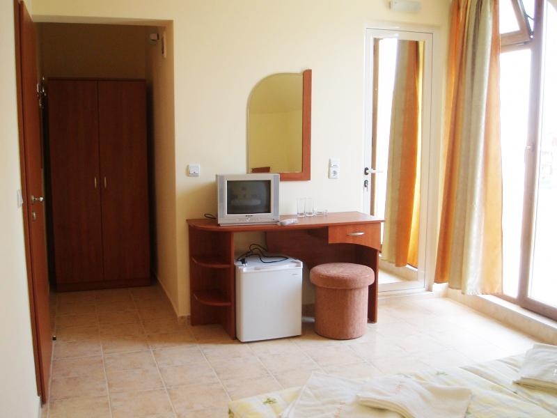 Нощувка за 2-ма или 3-ма + басейн в хотел Свети Валентин, на 150м. от плажа в Приморско, снимка 5