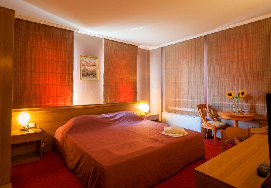 Почивка в центъра на Велико Търново! Нощувка на човек със закуска от хотел Алегро***, снимка 5