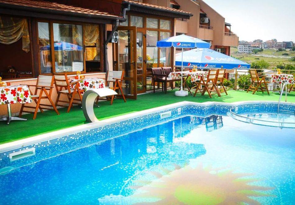 Нощувка на човек + басейн в хотел Аполис, Созопол. Дете до 12г. БЕЗПЛАТНО!, снимка 3