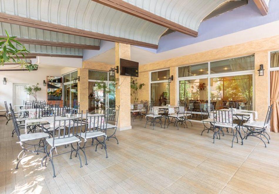 Морска почивка, на 70м. от плаж Хармани! Нощувка на човек със закуска и вечеря + басейн в хотел Флагман***, Созопол, снимка 11