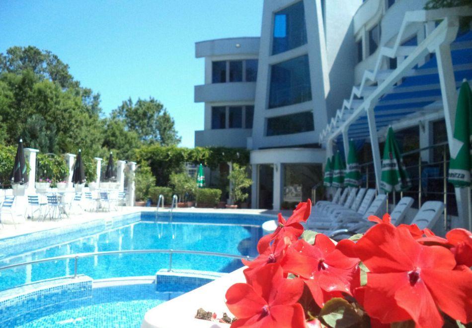 Лято в Лозенец на ТОП ЦЕНИ! Нощувка на човек със закуска + басейн в хотел Ариана., снимка 2