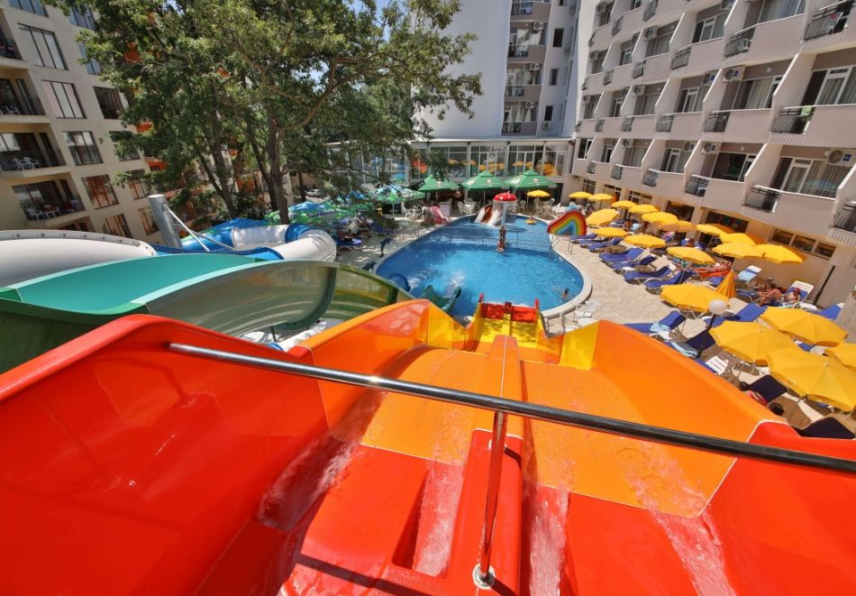 Нощувка на човек във фамилна делукс стая на база All Inclusive + 5 басейна и СПА в Престиж Делукс Хотел Аквапарк Клуб****, Златни пясъци, снимка 6