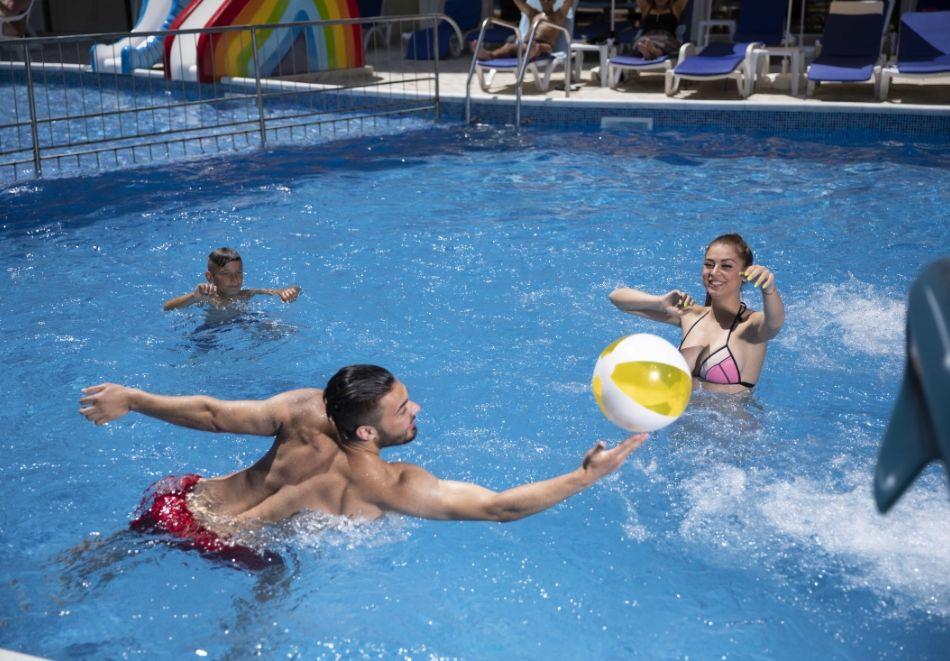 Нощувка на човек във фамилна делукс стая на база All Inclusive + 5 басейна и СПА в Престиж Делукс Хотел Аквапарк Клуб****, Златни пясъци, снимка 14
