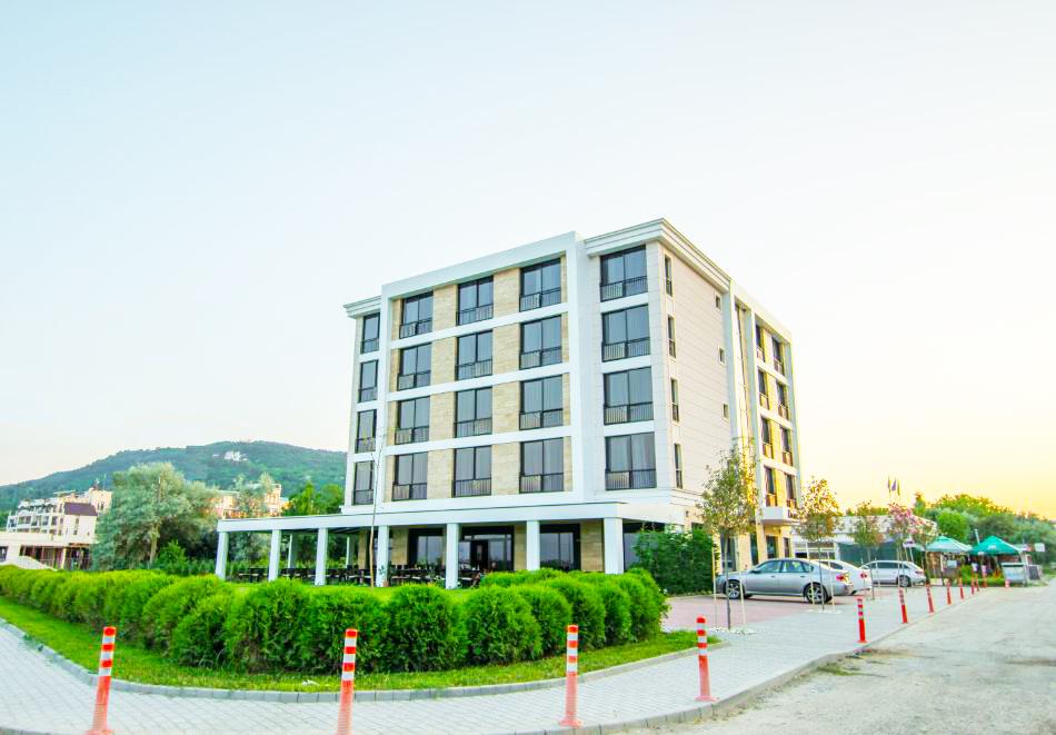 На ПЪРВА линия през юни в Кранево! Нощувка на човек с гледка море + закуска от хотел Магнифик, снимка 2