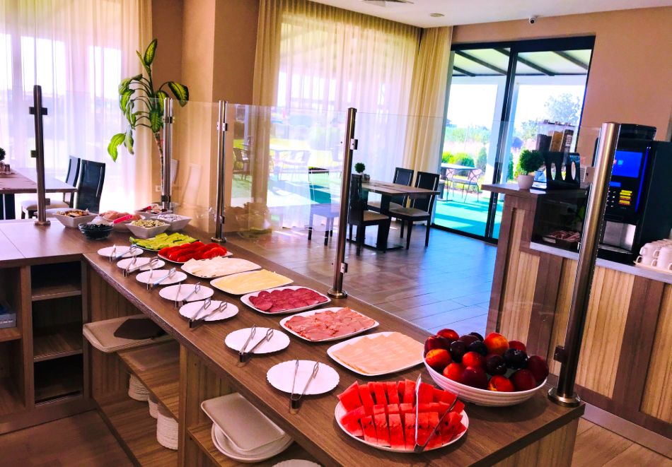 На ПЪРВА линия през юни в Кранево! Нощувка на човек с гледка море + закуска от хотел Магнифик, снимка 14