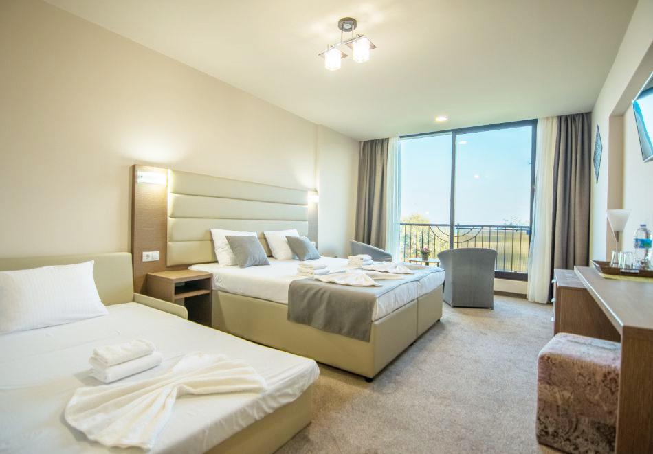 На ПЪРВА линия през юни в Кранево! Нощувка на човек с гледка море + закуска от хотел Магнифик, снимка 10
