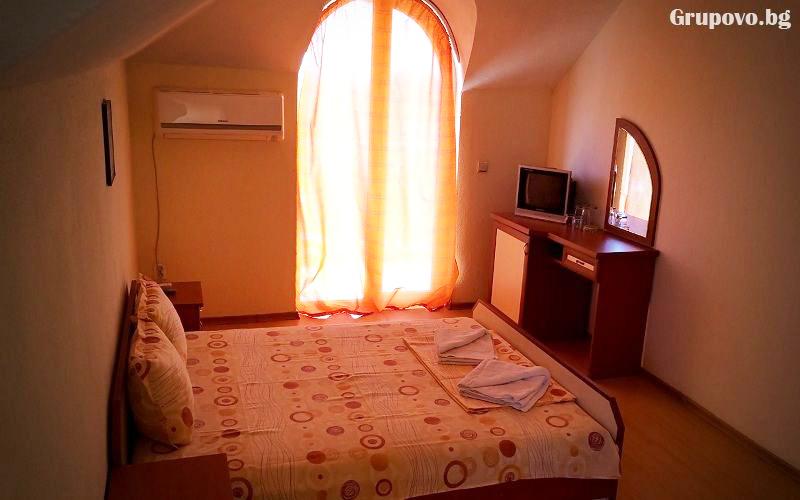 Нощувка или нощувка със закуска на човек + басейн ТОП ЦЕНИ в хотел Денис, Равда, снимка 5