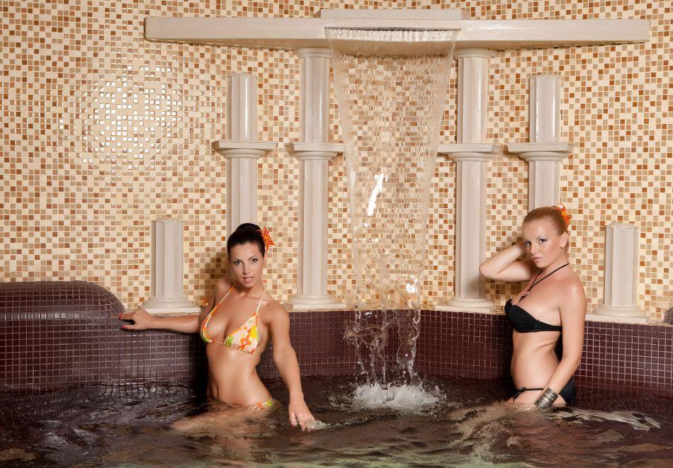 Нощувка в делукс крило на човек със закуска + басейни с минерална вода и релакс център в хотел Хисар****, гр. Хисаря, снимка 13