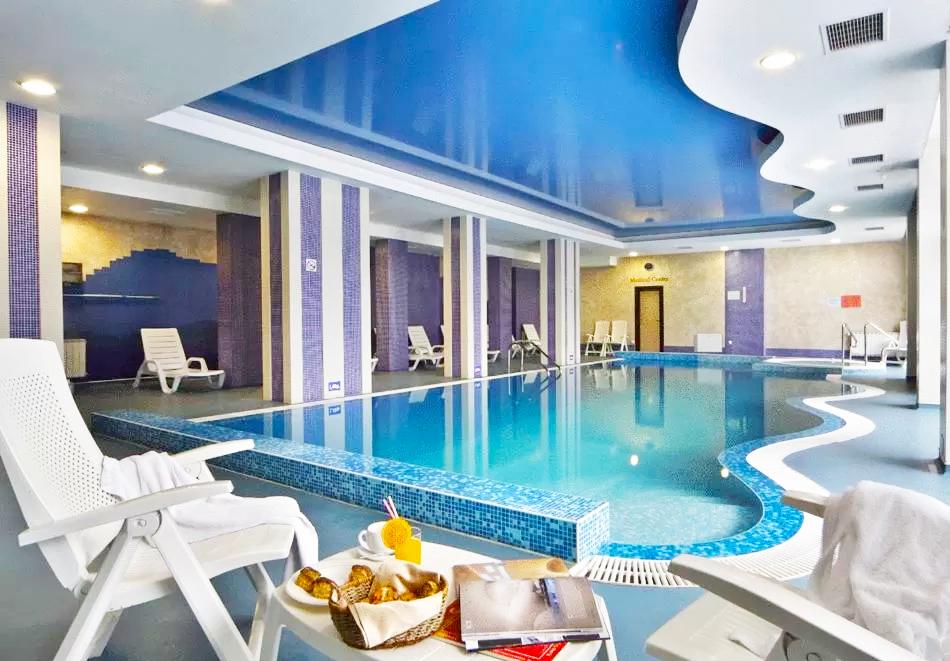Зимна ваканция в Чепеларе! Нощувка на човек със закуска и вечеря + басейн и релакс пакет в хотел Родопски Дом, снимка 3