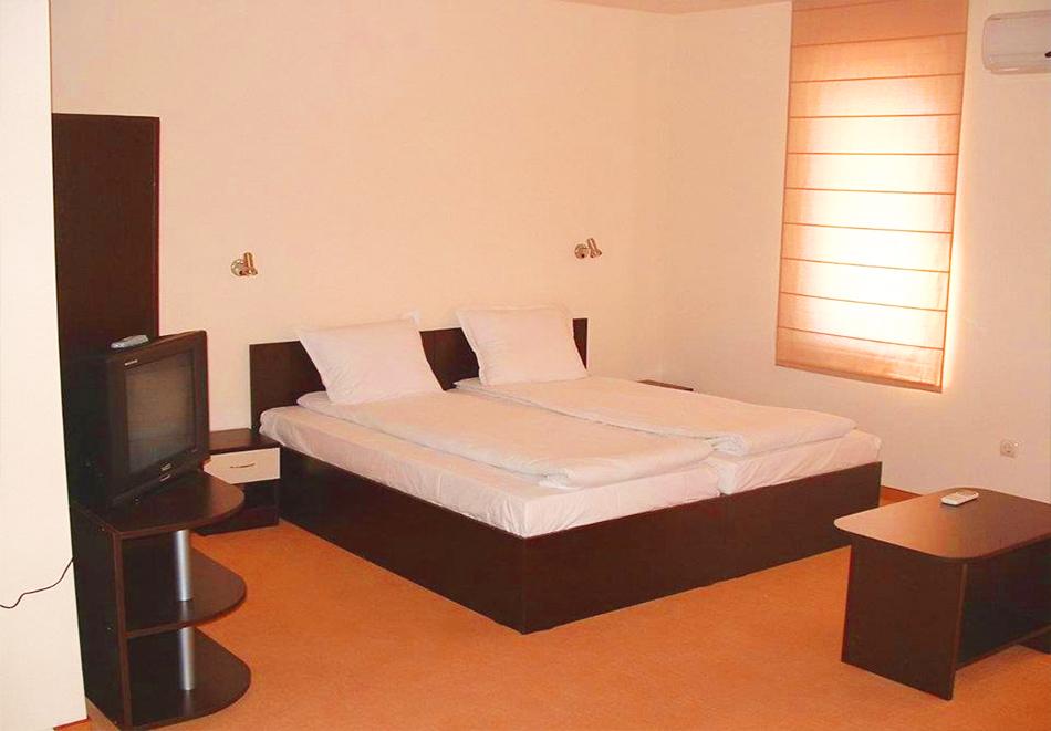 Нощувка за четирима или петима + басейн с джакузи в хотел Хармани, Китен, снимка 4