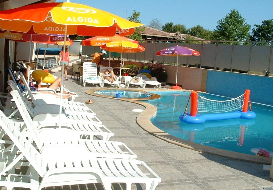 Нощувка за четирима или петима + басейн с джакузи в хотел Хармани, Китен, снимка 3