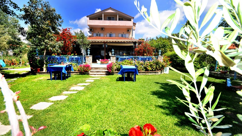На брега на морето в Халкидики, Гърция. Нощувка на човек със закуска и вечеря в хотел Ангелос Гардън, Tорони, снимка 2