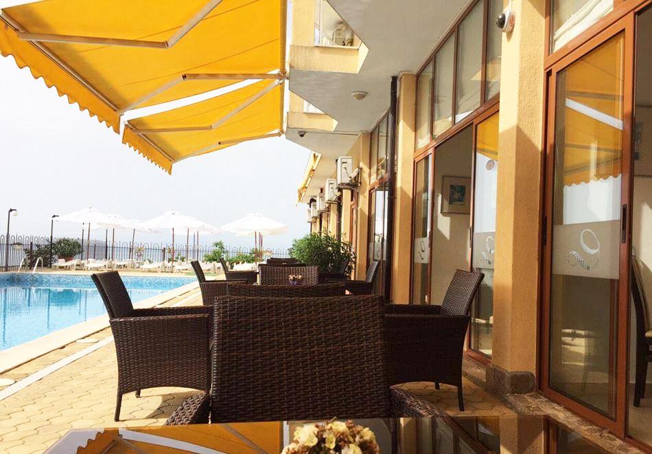 На ПЪРВА линия в Равда! Нощувка на човек със закуска, обяд и вечеря + басейн от Семеен хотел ДЕЛФИН БИЙЧ, снимка 9