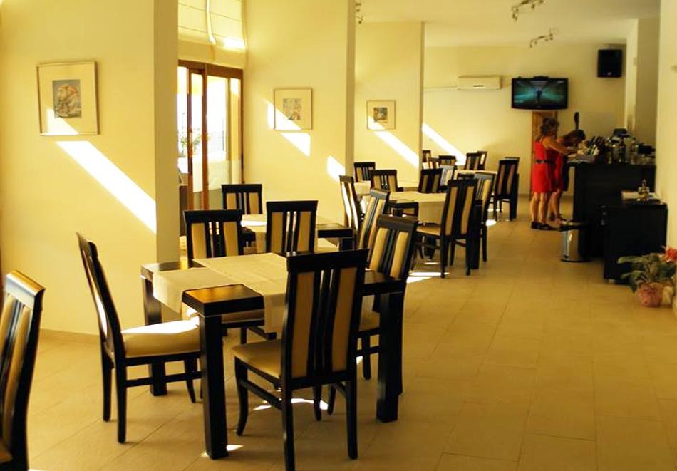 На ПЪРВА линия в Равда! Нощувка на човек със закуска, обяд и вечеря + басейн от Семеен хотел ДЕЛФИН БИЙЧ, снимка 8