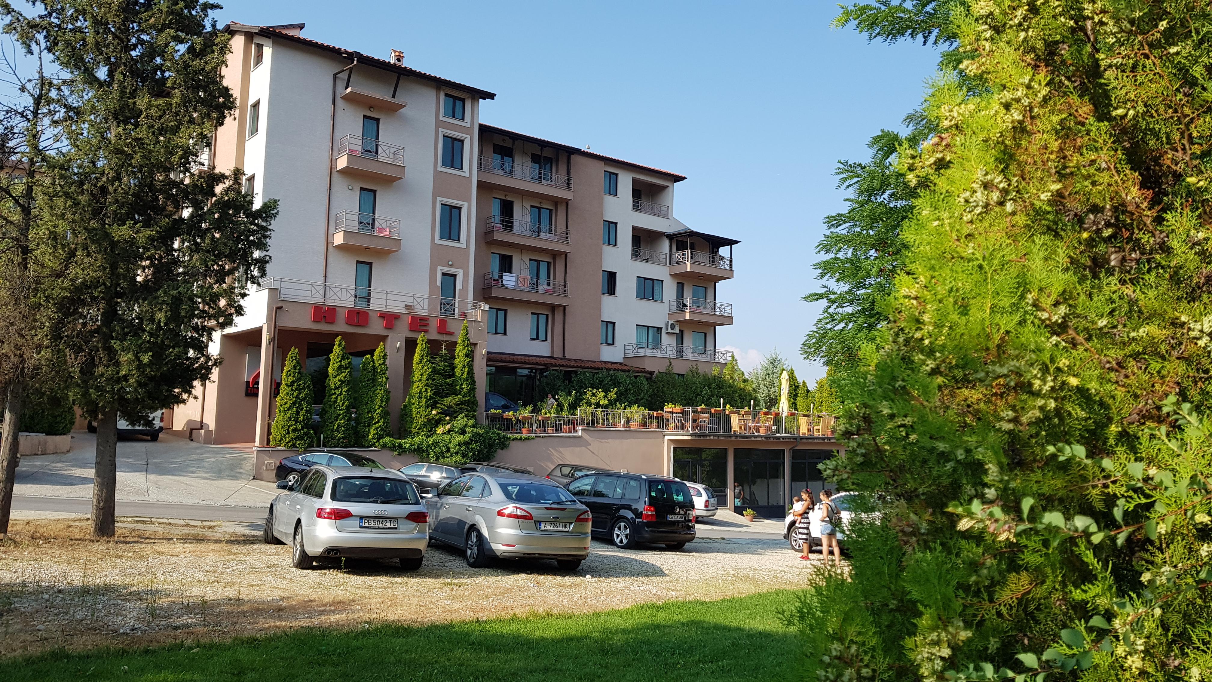 През май и юни в Сандански. Нощувка на човек със закуска и вечеря* + басейн и релакс зона в хотел Тайм Аут***, снимка 2