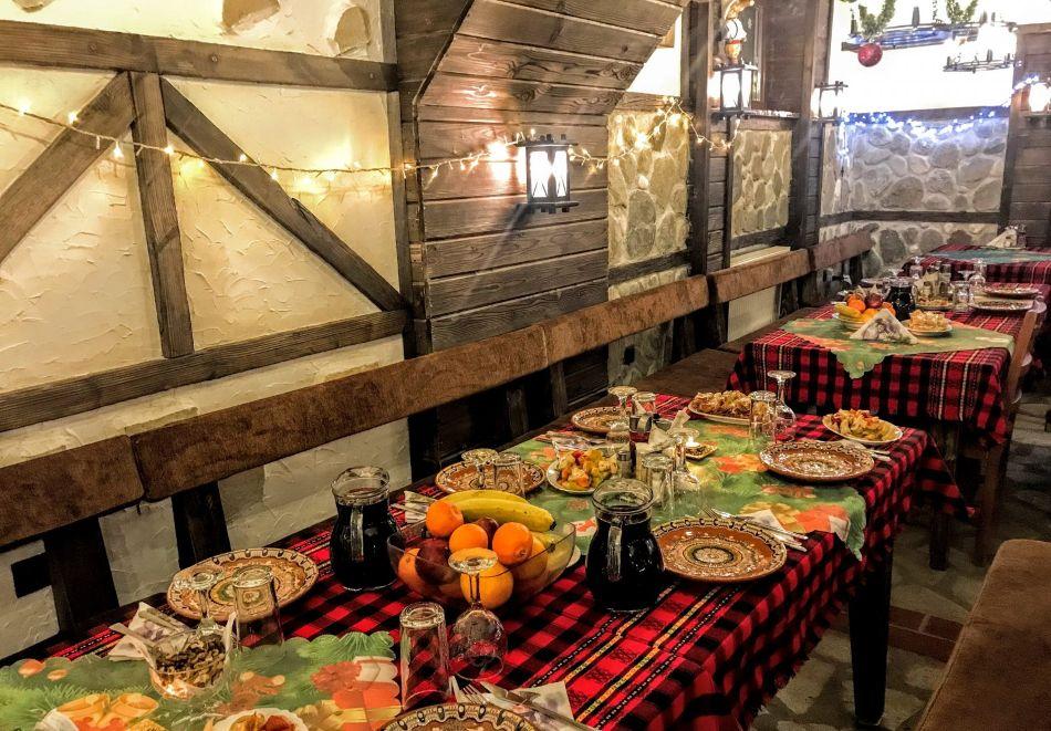 Нощувка на човек със закуска и вечеря само за 39 лв. в къща за гости Баче Тодор, Добринище., снимка 3