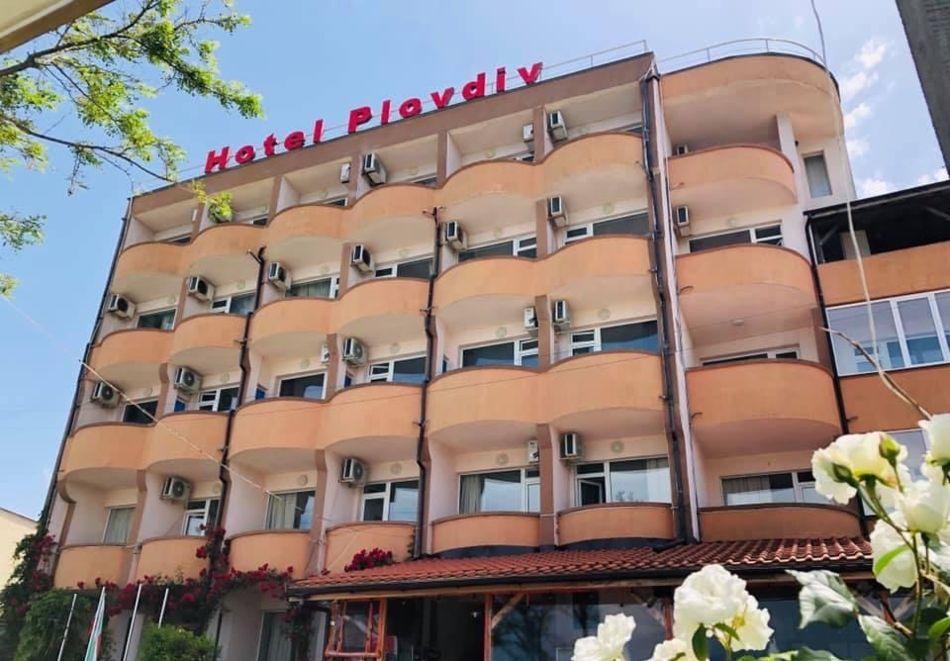 Нощувка на човек със закуска и вечеря + басейн от хотел Пловдив, Приморско, снимка 2