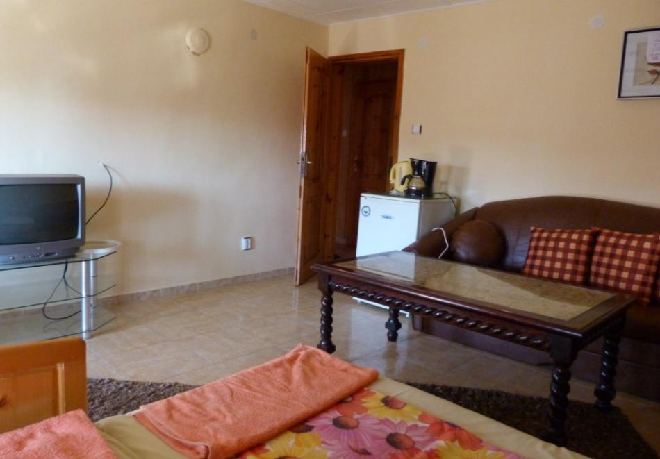 Нощувка за трима, четирима или петима в къща за гости Фенер, Поморие, снимка 6
