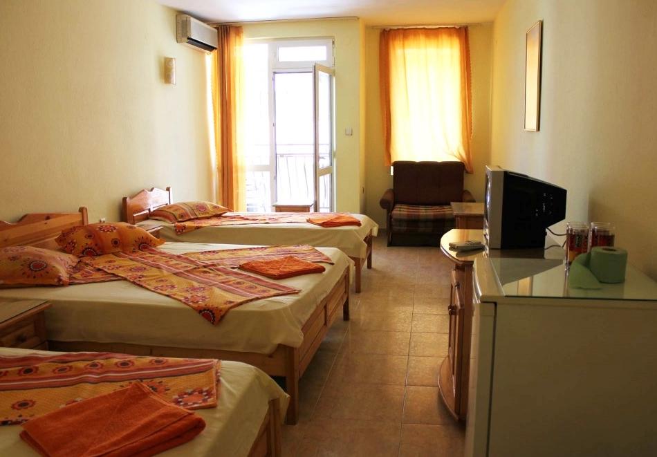 Нощувка за трима, четирима или петима в къща за гости Фенер, Поморие, снимка 7