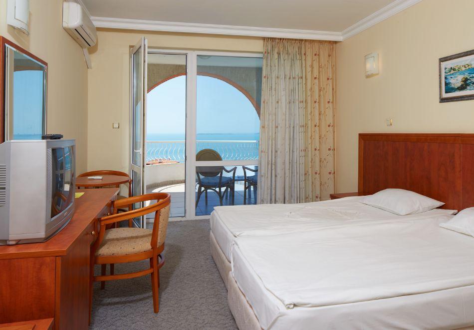 Нощувка за двама или трима + басейн в хотел Консул Блу Сън, Свети Влас, снимка 5