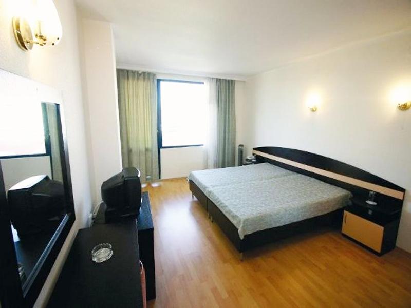 Нощувка на човек със закуска, обяд и вечеря + 2 басейна и джакузи в хотел Роза, Черноморец, снимка 10